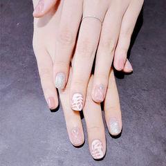 方圆形粉色银色手绘树叶简约美甲图片