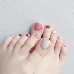 脚部粉色白色棕色跳色美甲图片