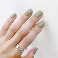 方圆形绿色纯色简约美甲图片