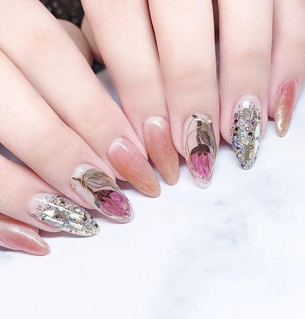 尖形粉色贝壳片手绘花朵想学习这么好看的美甲吗?可以咨询微信mjbyxs6哦~美甲图片