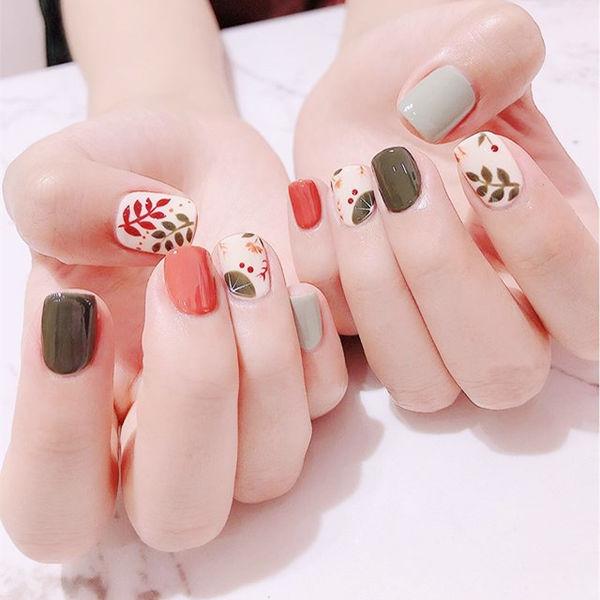 方圆形红色灰色绿色手绘树叶跳色短指甲美甲图片