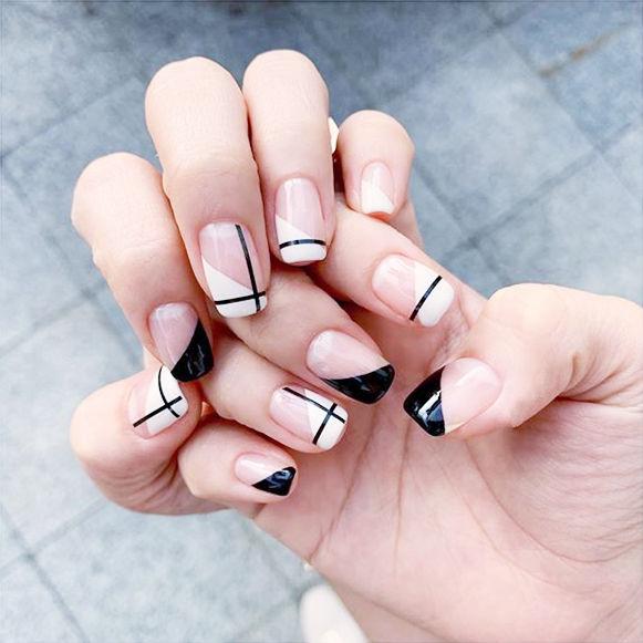 方圆形黑色白色斜法式线条美甲图片