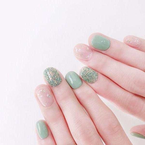 圆形绿色贝壳片短指甲美甲图片