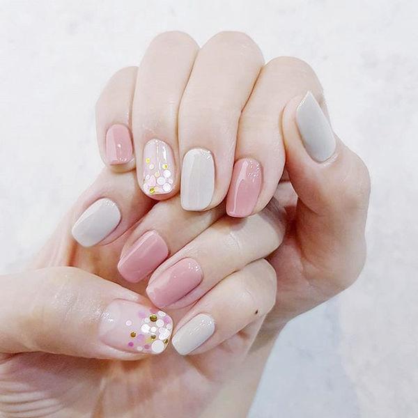 方圆形粉色裸色亮片跳色美甲图片