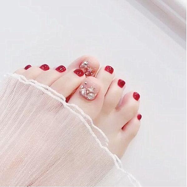 脚部红色钻新娘美甲图片