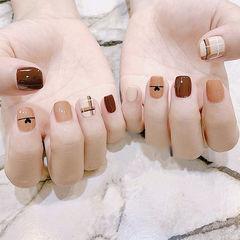 方圆形棕色裸色手绘线条短指甲想学习这么好看的美甲吗?可以咨询微信mjbyxs6哦~美甲图片