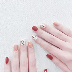 方圆形红色裸色白色手绘跳色短指甲想学习这么好看的美甲吗?可以咨询微信mjbyxs6哦~美甲图片