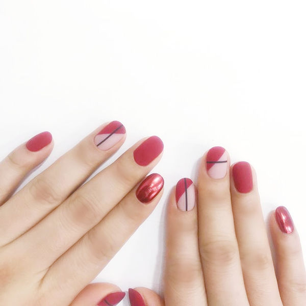 圆形红色斜法式磨砂美甲图片