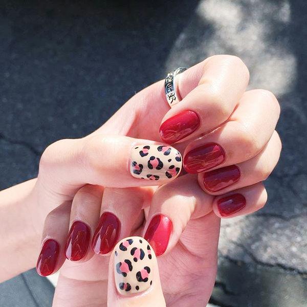 圆形红色白色手绘豹纹美甲图片