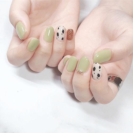 圆形绿色白色手绘豹纹美甲图片