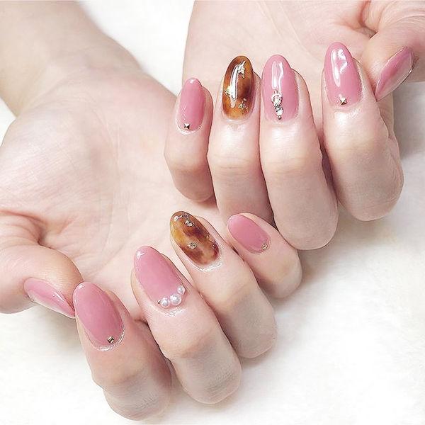圆形粉色棕色手绘晕染琥珀珍珠美甲帮创办的CPMA技术体系日式美甲学校,全国连锁,想学美甲咨询微信:mjbyxs15美甲图片