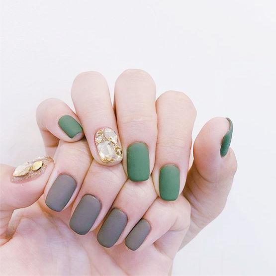 方圆形绿色棕色磨砂钻美甲图片