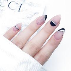 圆形黑色裸色线条简约磨砂美甲图片