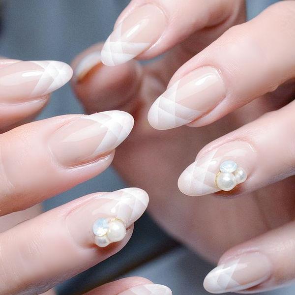 圆形白色手绘法式珍珠美甲帮创办的CPMA技术体系日式美甲学校,全国连锁,想学美甲咨询微信:mjbyxs15美甲图片
