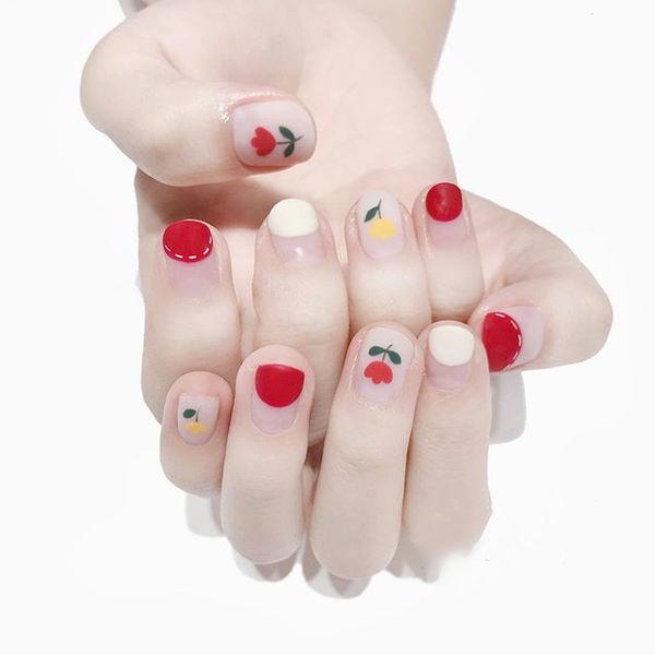 圆形红色白色手绘花朵圆法式磨砂美甲图片