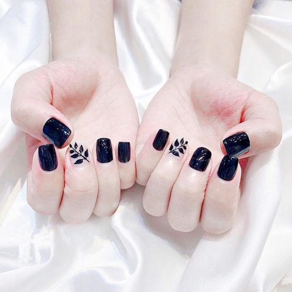 方圆形黑色手绘树叶全国连锁日式学校学美甲加微信:mjbyxs15美甲图片