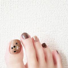 脚部棕色银色珍珠美甲图片