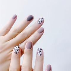 圆形棕色白色手绘豹纹磨砂美甲图片