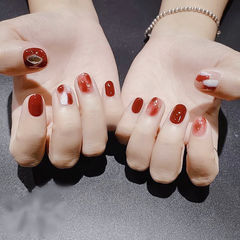 圆形红色晕染金箔新年显白短指甲美甲图片