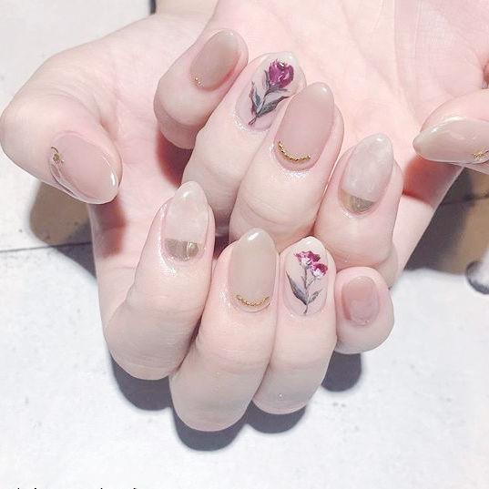 圆形裸色玫红色手绘花朵全国连锁日式学校学美甲加微信:mjbyxs15美甲图片