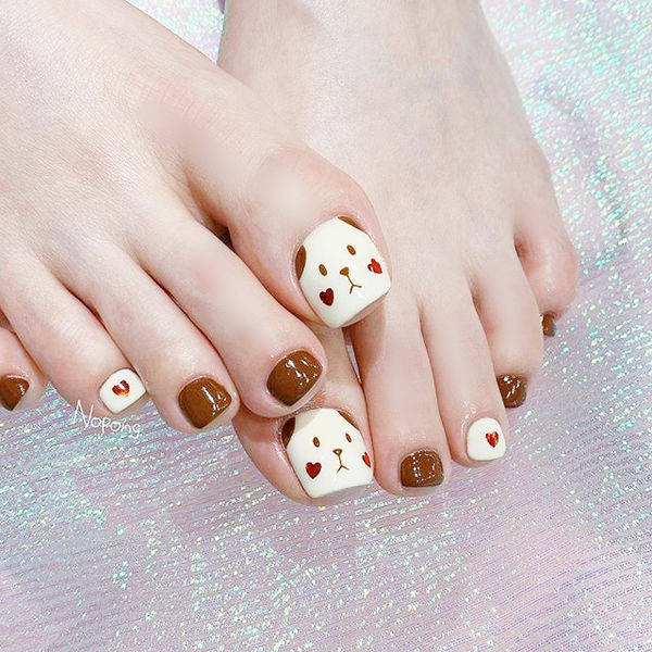 脚部棕色白色手绘小狗可爱美甲图片