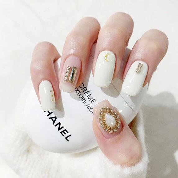 方圆形白色钻美甲图片
