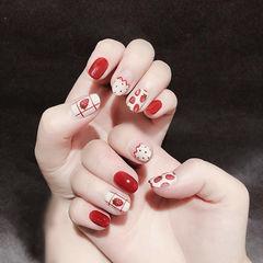 圆形红色白色手绘水果草莓美甲图片