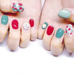 圆形红色绿色白色手绘花朵跳色短指甲美甲图片