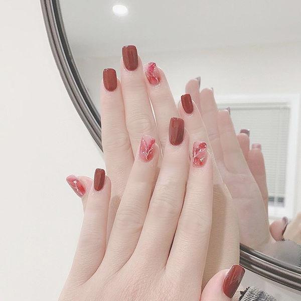 方圆形红色晕染显白新娘美甲图片
