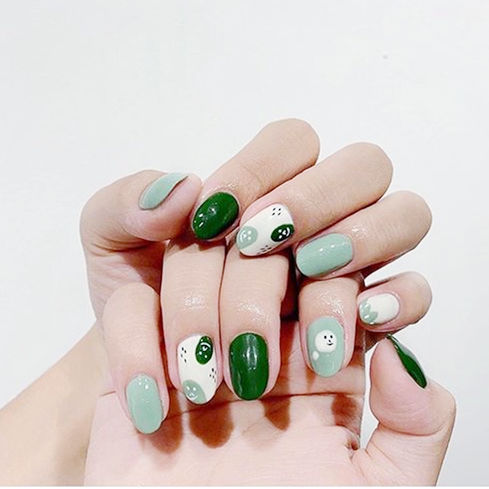 圆形绿色白色手绘可爱美甲图片