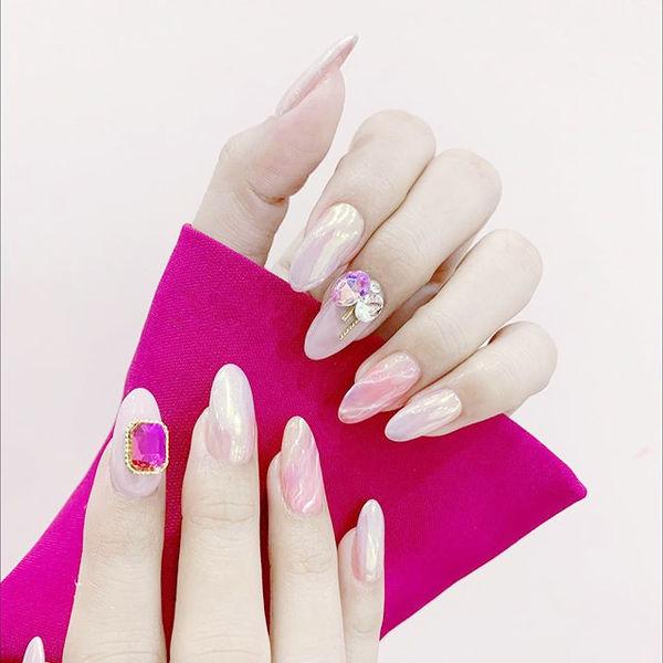 圆形粉色极光色晕染钻美甲图片