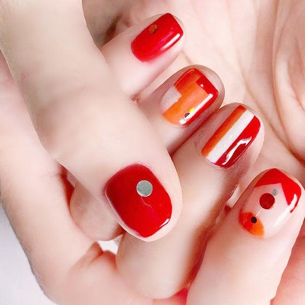 方圆形红色条纹显白美甲图片