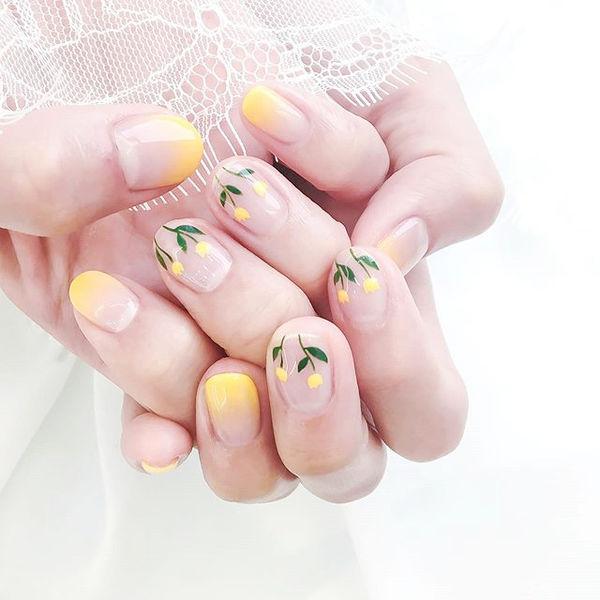 圆形黄色渐变手绘花朵全国连锁日式学校学美甲加微信:mjbyxs15美甲图片
