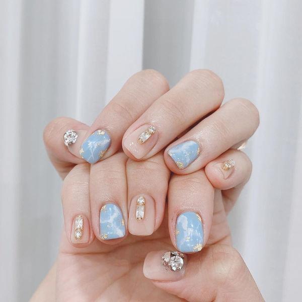 石纹蓝色钻饰金箔美甲图片