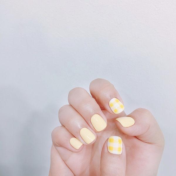 黄色格子美甲图片