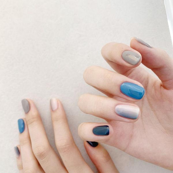 蓝色灰色渐变美甲图片