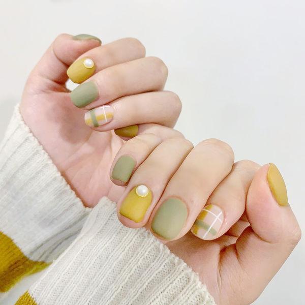 黄色绿色格纹磨砂美甲图片