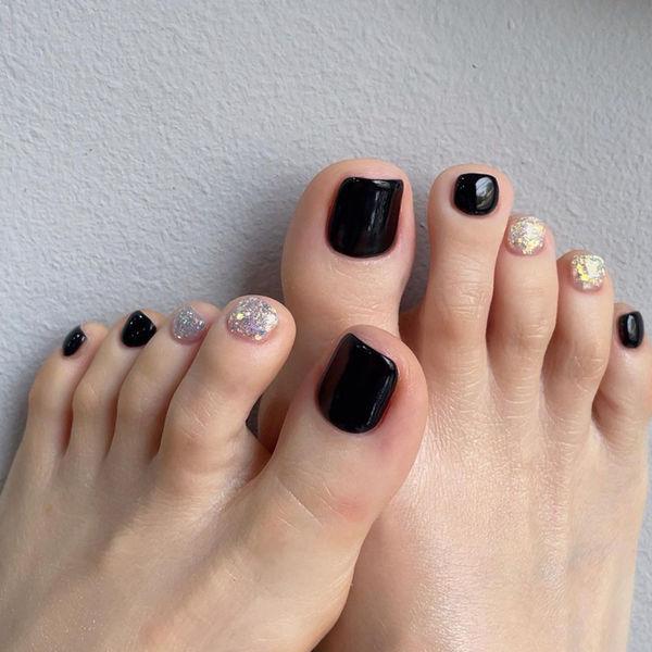脚甲黑色显白夏天美甲图片