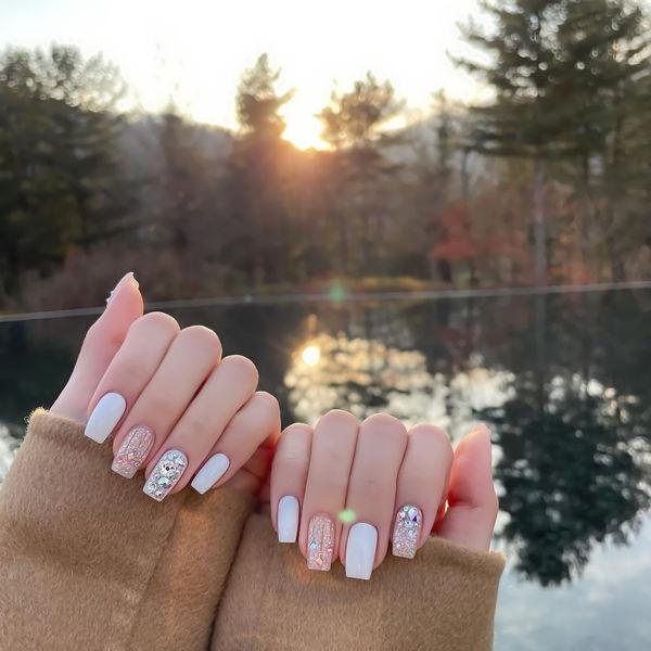 白色闪粉珠光美甲图片