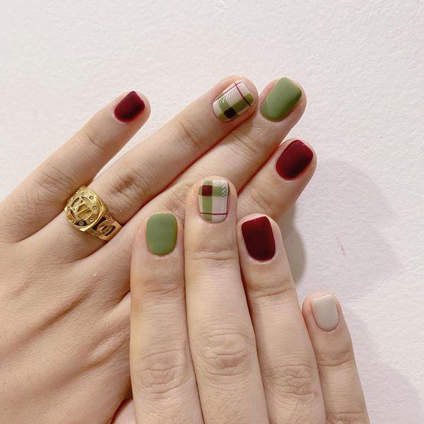格纹绿色红色美甲图片