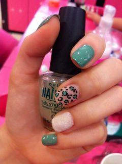 粉色蓝色简约方圆形豹纹、丝绒还有搭配上蓝绿色的一款完美美甲款式,赞!美甲图片
