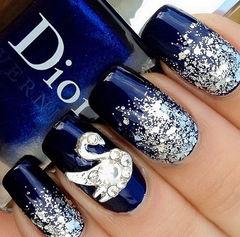 蓝色圆形简约新娘施华洛的美,如水晶般的闪亮 #新年甲# #圣诞甲#美甲图片