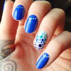 蓝色圆形简约手绘渐变知性的蓝色 搭配渐变波点 还有那几颗想珍珠项链的反法式~你喜欢吗?美甲图片