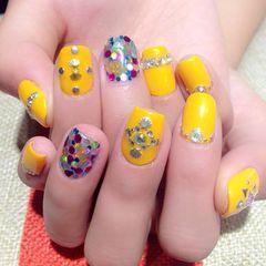 可爱日式方圆形黄色抢眼的黄色配上blingbling亮片,一定让你成为焦点~美甲图片