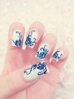 蓝色白色手绘方形青花瓷美甲图片