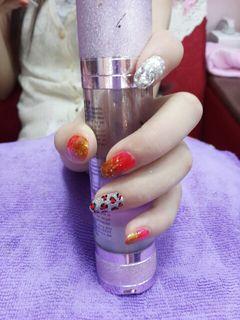 日式简约圆形红色时尚大方个性希望大家喜欢。美甲图片