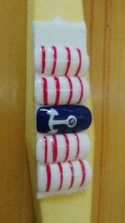简约可爱红色蓝色白色方圆形海军风美甲图片
