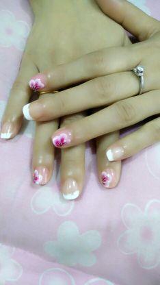 白色法式手绘粉色紫色圆形!美甲图片