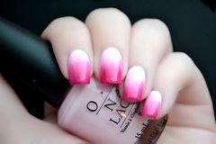 方形渐变粉色白色俏丽玫红色渐变美甲,颜色很赞的说~美甲图片