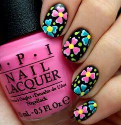 手绘可爱黑色蓝色粉色方圆形美丽的彩绘,这款是用指甲油画的,甲油胶也可以哦。美甲图片